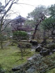 Ginkakuji w deszczu. Więcej na temat Ginkakuji: http://pl.tripadvisor.com/Attraction_Review-g298564-d321398-Reviews-Ginkaku_ji_Temple-Kyoto_Kyoto_Prefecture_Kinki.html Więcej zdjęć: http://ketsuekigatabii.tumblr.com/tagged/ginkakuji