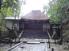 Honen-in, na którego terenie odbywało się jakieś muzyczne coś. Nie wiem co, ale dźwięki jazzu w otoczeniu shintoistycznej świątyni pozostawiały ciekawe wrażenie. Więcej zdjęć: http://ketsuekigatabii.tumblr.com/post/113153576098/honen-in-temple-26-02-2015-honen-in-may-be-a